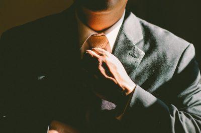 Mężczyzna pod krawatem